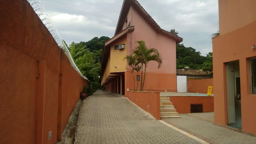 Casa em cond. Próx ASTÚRIAS Guarujá Ar cond e WIFI - กูอารูจา - บ้าน
