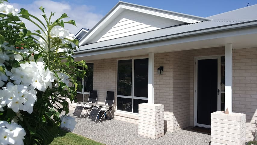 Ocean Breezes-Walk to the beaches-WiFi available