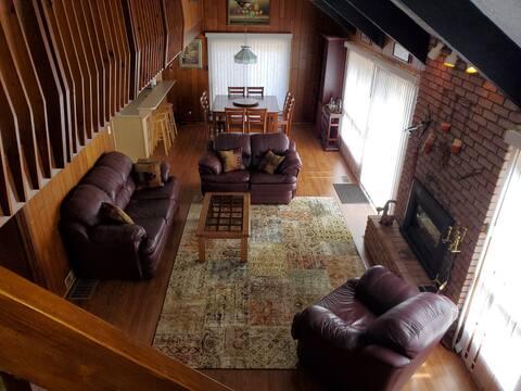 Lake Simcoe Cozy Cottage with Hot Tub & Sauna