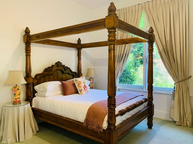 Historic Tanglewood Bed & Breakfast - Queen Room