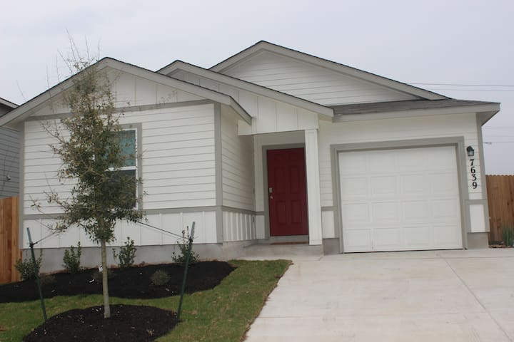 Beautiful Red Door Home Only 1 Exit From Lackland