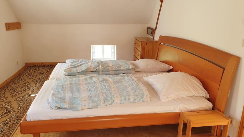 Double bedroom 1st floor Doppelbett im 1. OG (Zimmer 3)