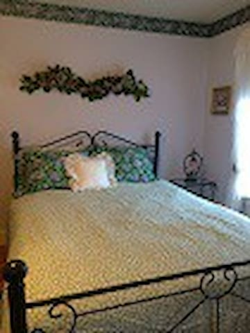 Inn at Yadkin Creek B&B - The Bloomin' Room