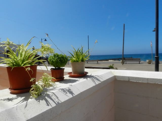 Beautiful house located 30m from the sea. - La Fabriquilla - Huis
