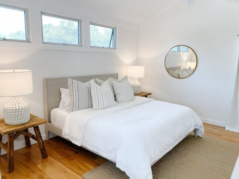 The Beach Loft- Private, Remodeled, Walkable!