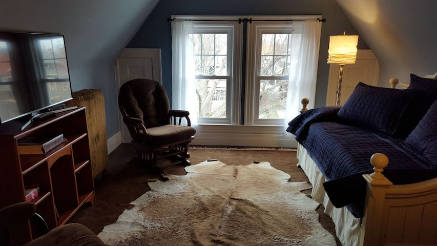 Convertible  Bedroom as a sitting room with Day Bed