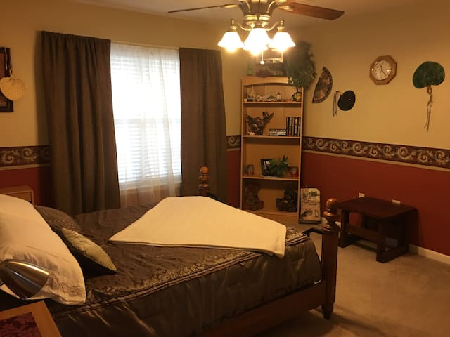 "Private & Spacious ""Travelers Room"" - La Plata"