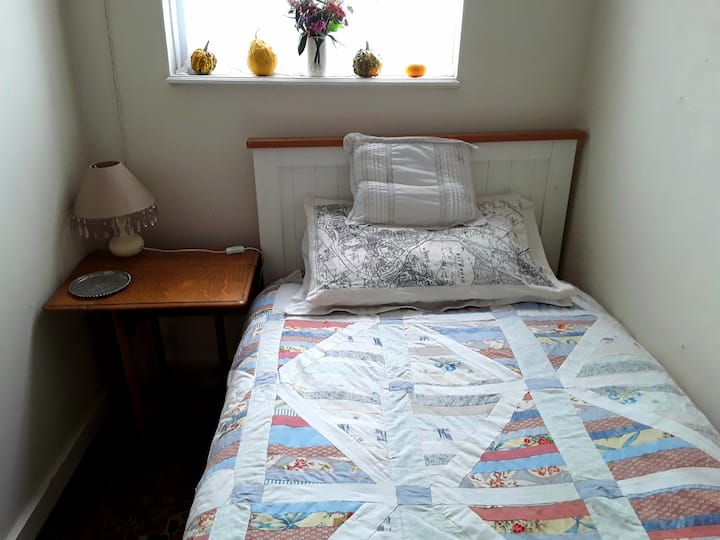 Cosy single room very close to town
