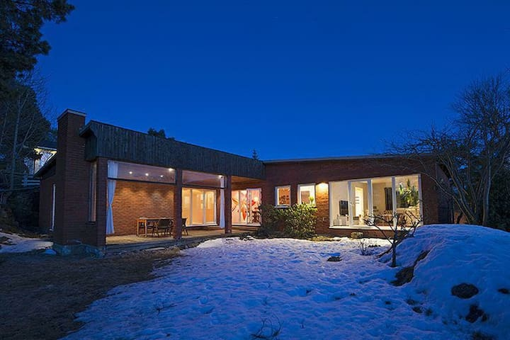 Modern villa with two fireplaces - Huddinge - House