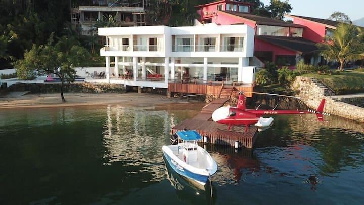 Linda casa situada em condomínio Caierinhas, com cinco suítes