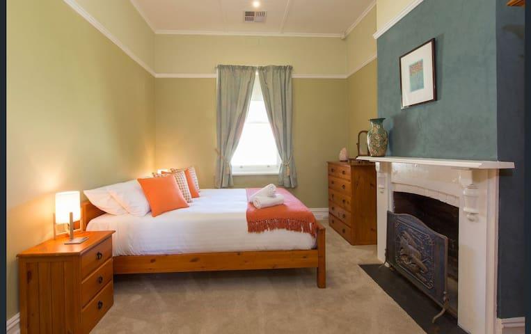 Bedroom 3 - the orange room!