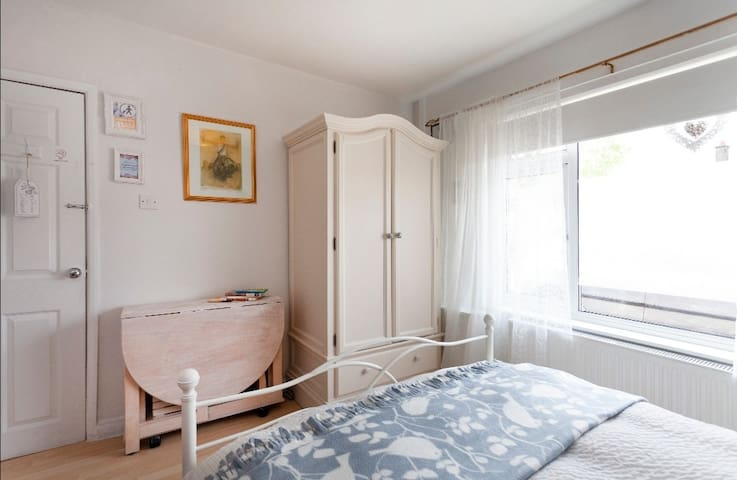 Double Bed room with FREE WIFI AND PARKING