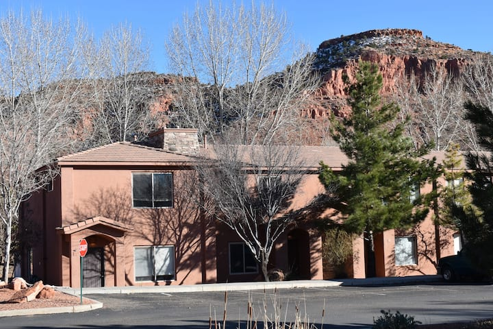 Brodie's Townhome  3 BD, 2.5 BA Minutes from Parks