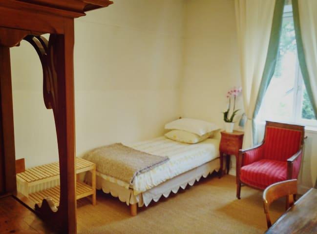 Chambre privée, dans un pavillon de chasse du 18ème - Vaucresson - Bed & Breakfast