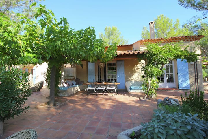Picturesque villa with private pool and sweeping views of the lake, near the Gorges du Verdon