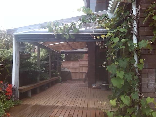 Cosy, secure home 1 min walk to Pt Chev beach! - Auckland - Řadový dům