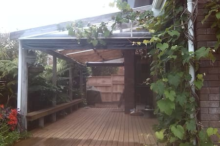 Cosy, secure home 1 min walk to Pt Chev beach! - Auckland - Townhouse