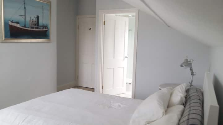 Double bedroom with en-suite bathroom