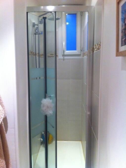 Salle de bain neuve et lumineuse