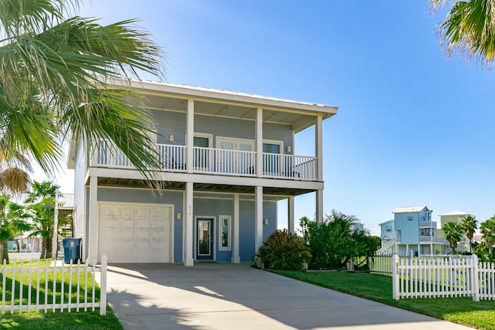 Walk to Beach! 3BR, 3BA in Royal Sands with Access to 2 Pool
