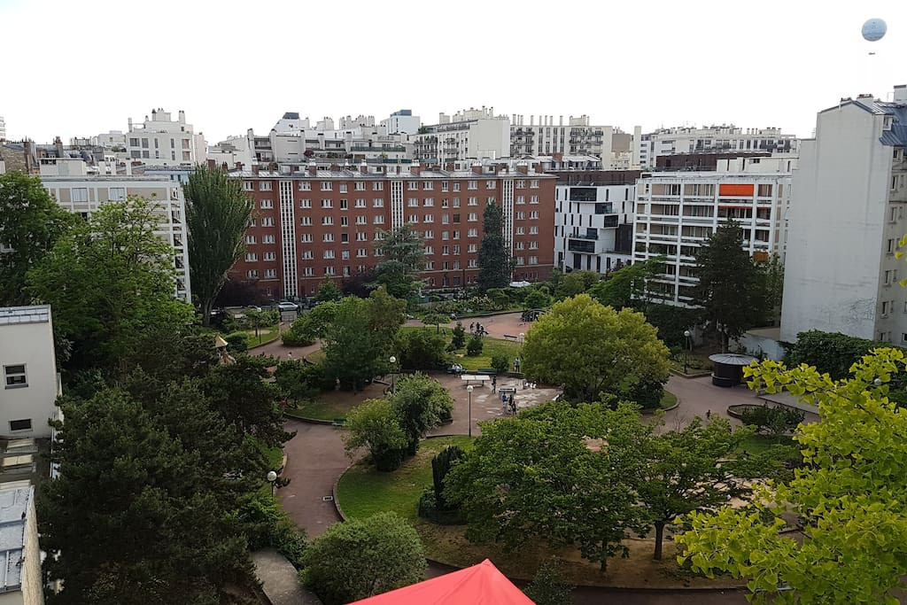 Vue sur le parc depuis la terrasse / View on the park from the terrace