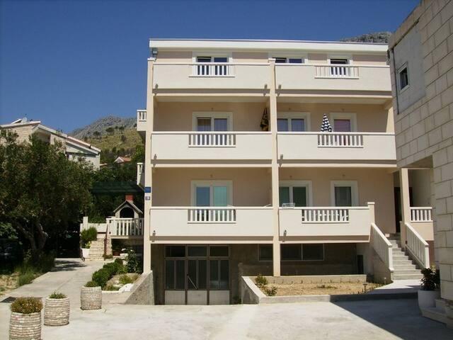 Duće apartment A5, 50m sandy beach - Duće - Maison