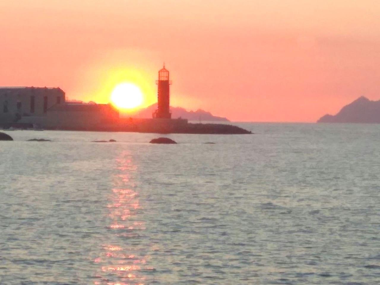 puesta del sol en el paseo marítimo, en las inmediaciones
