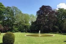 Le bassin du château avec son jet bel effet en arrivant au Château