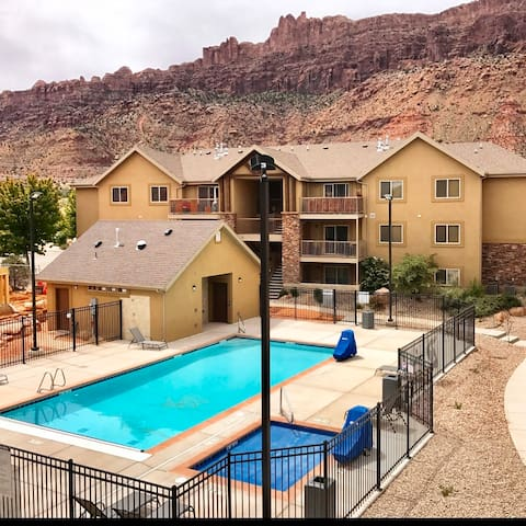 5I Cozy Family Friendly Moab Condo, POOL & HOT TUB