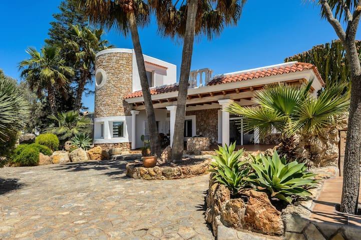 Cozy 4 bedrooms Villa sleeps 8 Guests with Seaview