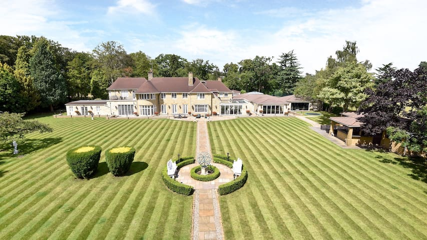 12,500 sqft house in 90 acres-18 mins from London