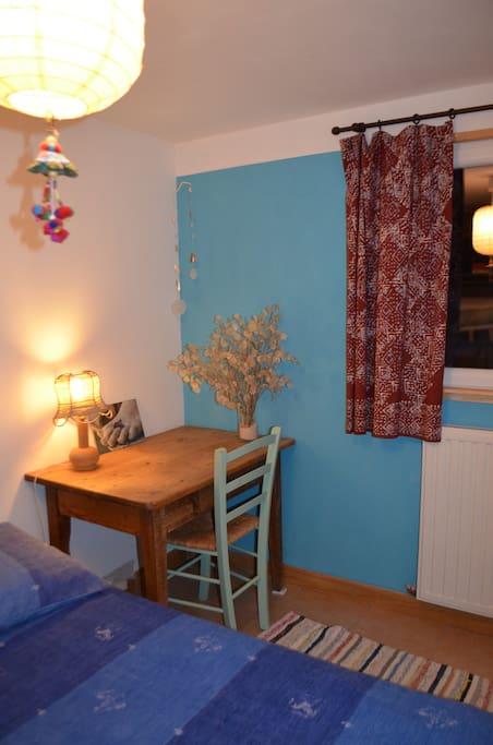 Petite table pour travailler ou écrire si besoin