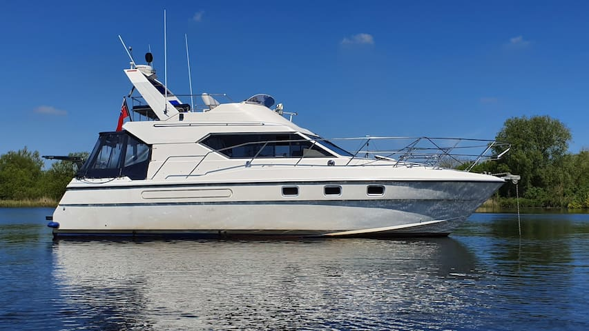 Isolate on a Motor Yacht. City & Broads - Sleeps 5