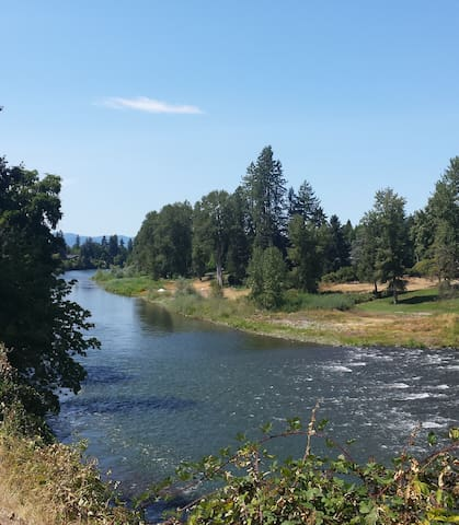 Two room private suite on river, friendly hosts. - Grants Pass - Guest suite