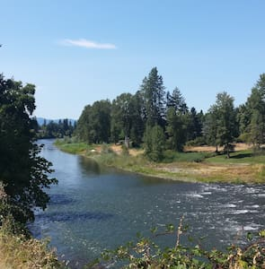 Two room private suite on river, friendly hosts. - Grants Pass