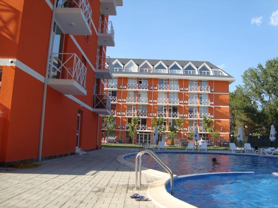 Вид на соседний комплекс и бассейн