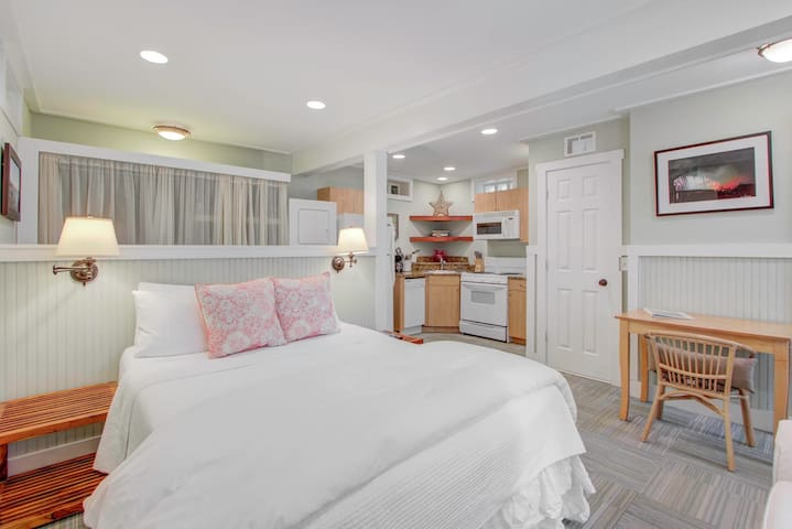 Adorable Carriage House for 2! 227D