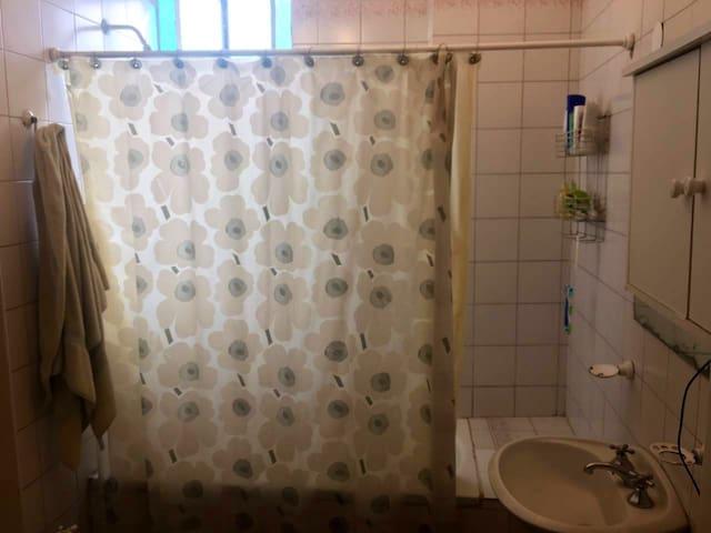 Amplio baño con bañera.