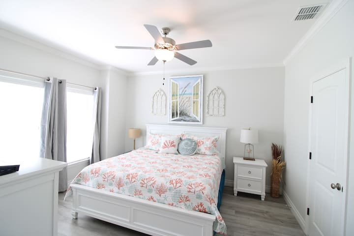 Gorgeous, 4 bedroom, & walking distance to beach!
