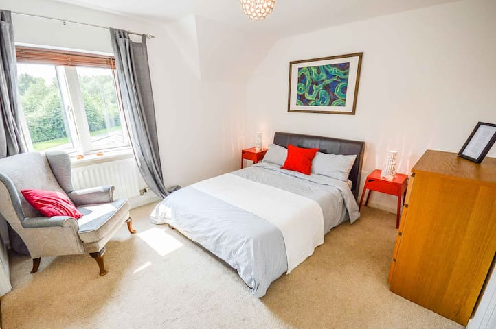 En suite double room in Altrincham near to Airport
