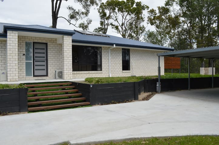 Gold Coast Theme Parks House (B) - Oxenford