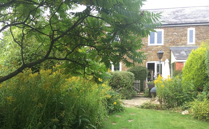 Cosy Cottage 15 mins walk to beach and pubs nearby