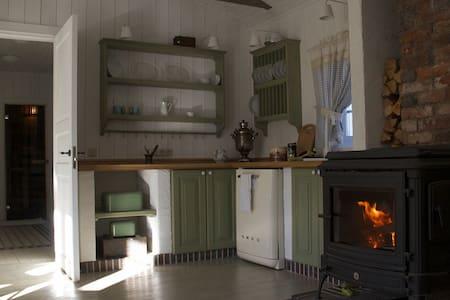 Уютный дом с зеленой крышей и баней - Kornevo - บ้าน
