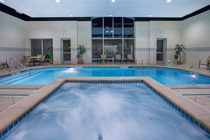 King Suite in Downtown Chattanooga | Free Breakfast + Hot Tub Access