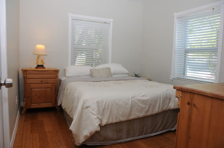2nd Guest bedroom with Queen size bed