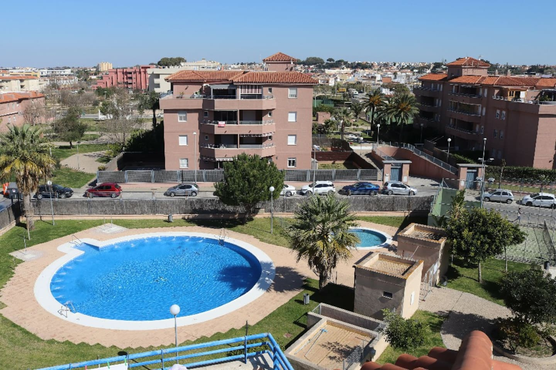 Vista de las piscinas desde la azotea del edificio.
