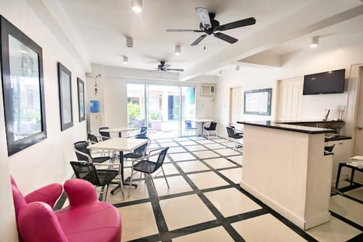 Central Family Room-1 min to White Beach Station 1