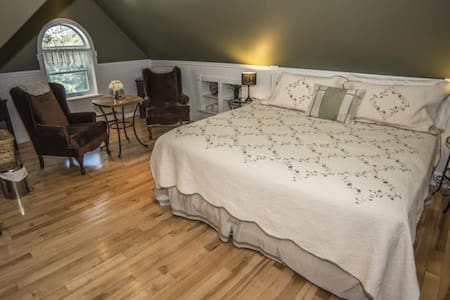 The Whitewater Inn - Iron Ring Suite