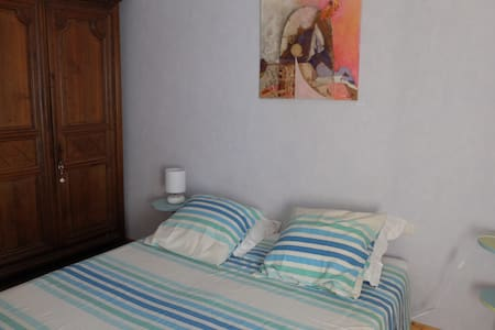 "chambre ""porcelaine"" dans maison d'artiste - Galargues - Bed & Breakfast"