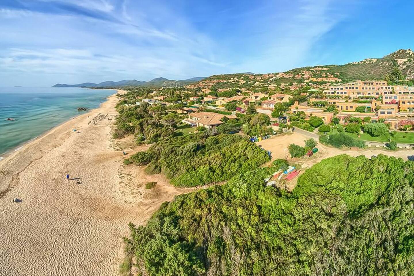 Il residence si trova a pochi metri dal mare.